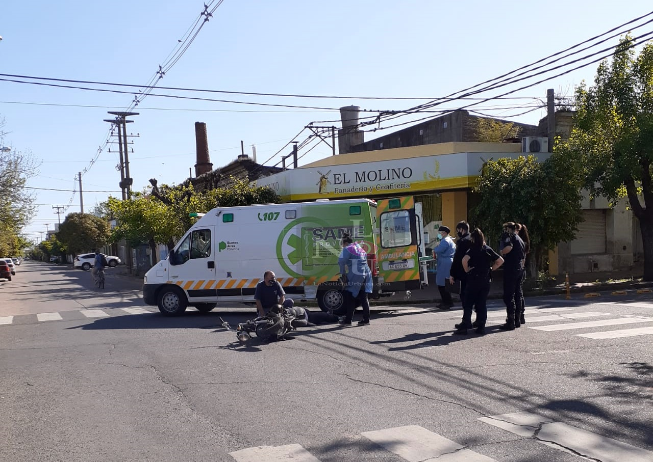 Choque entre un móvil policial que acudía a una emergencia y una moto