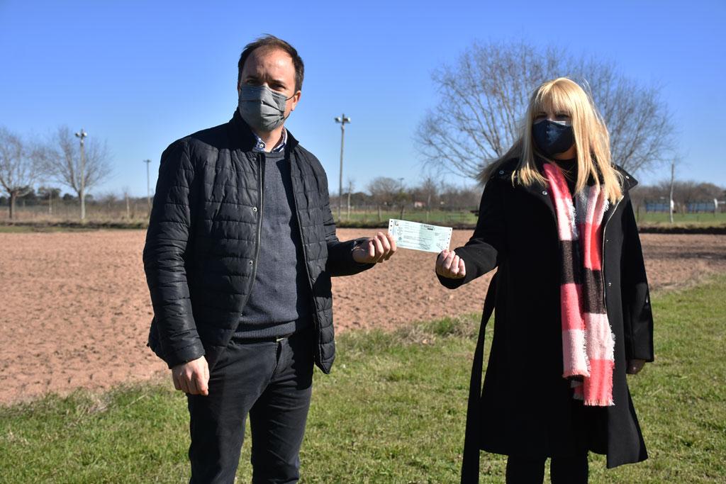 Entrega de cheques a los clubes Racing y Alsina; y la Asociación de Básquet