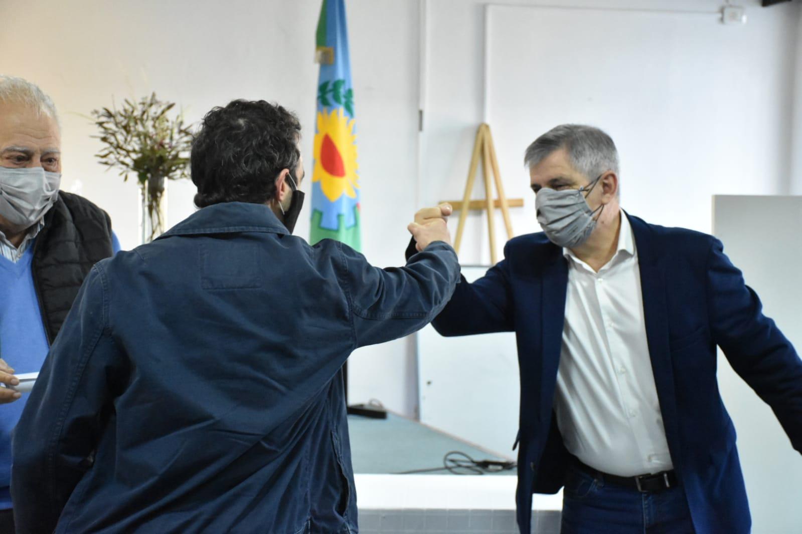 Entrega de diploma a los egresados de la  Diplomatura en Energías Renovables del CUCH