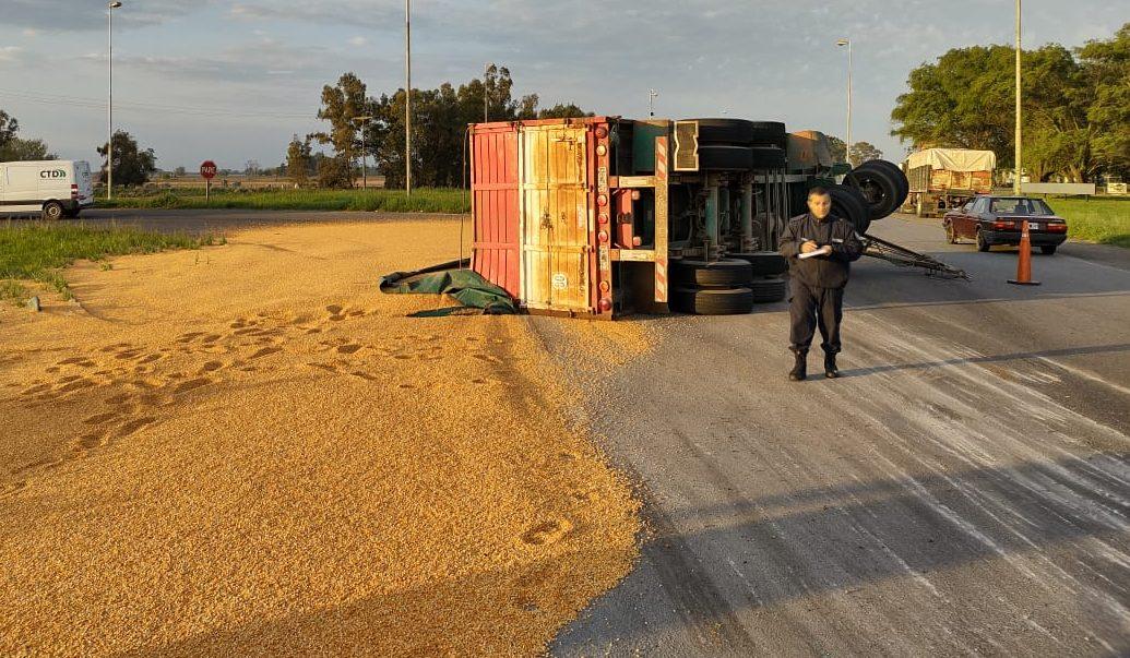 Vuelco de un camión e importante derrame de cereal